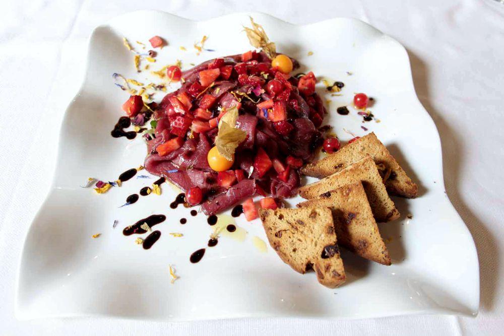 Cervo marinato servito con freschi frutti di bosco | Fior di Loto - Puegnago