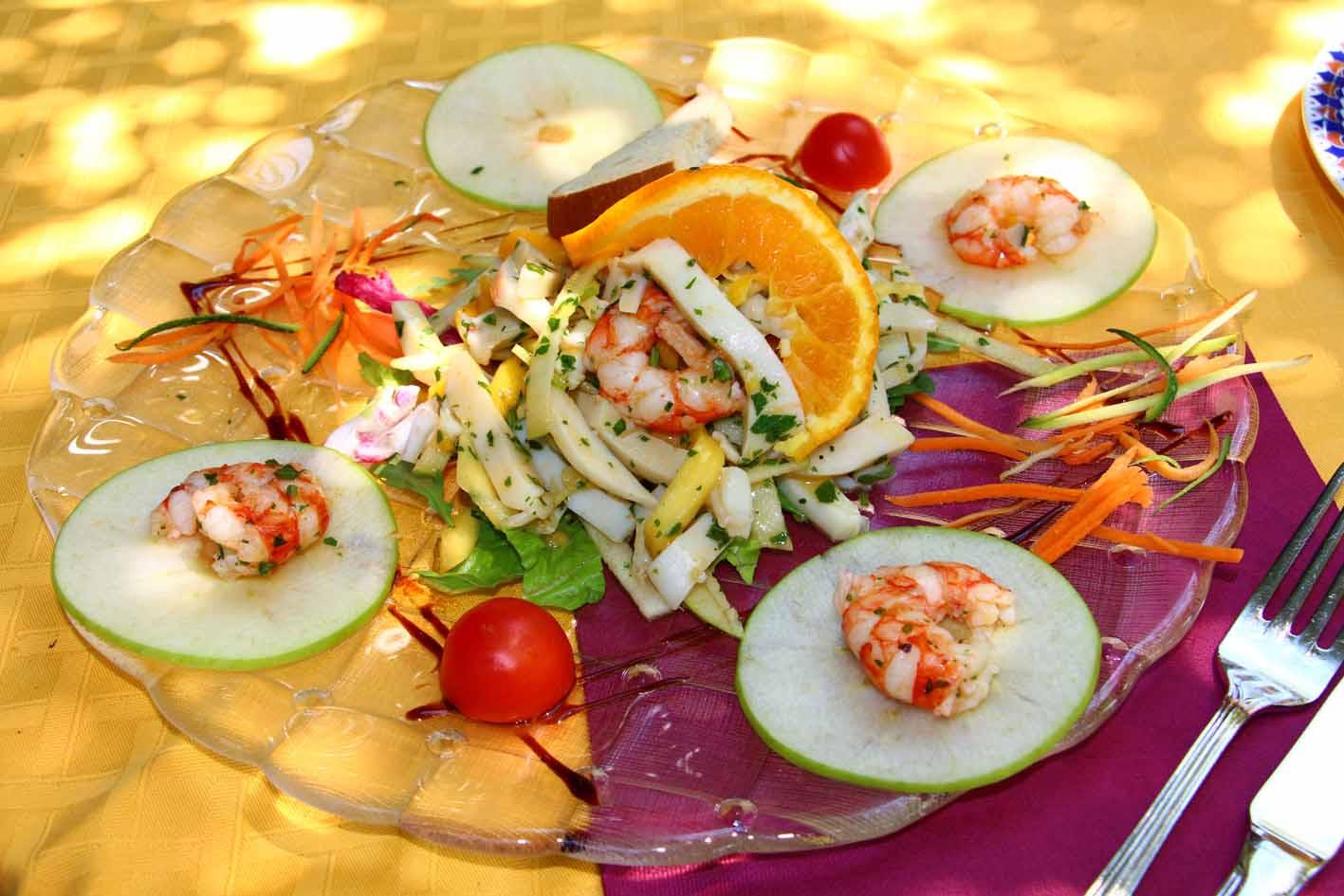 Insalata di Seppie e Gamberi con mela verde, arancia, pomodorino, patate, arancia, zucchine e carote croccanti | Ristorante Erica - Sirmione