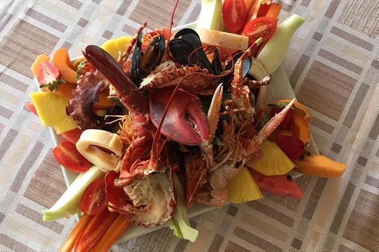 Catalana di pesce e crostacei con frutta e verdura della Trattoria Gambero