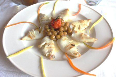 Calamaretti alla piastra su crema di patate al rosmarino e ceci saltati con olio affumicato - La Rocca Contesa