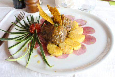 Guancialino di maiale brasato al Groppello con polenta di mais antico rosso - La Rocca Contesa