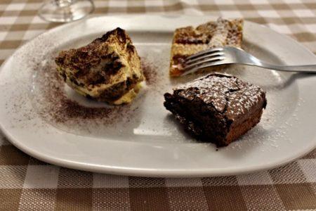Tris di dolci - Tiramisù, Crostata alla marmellata di pesche, e Tenerina al cacao - Trattoria Vantini