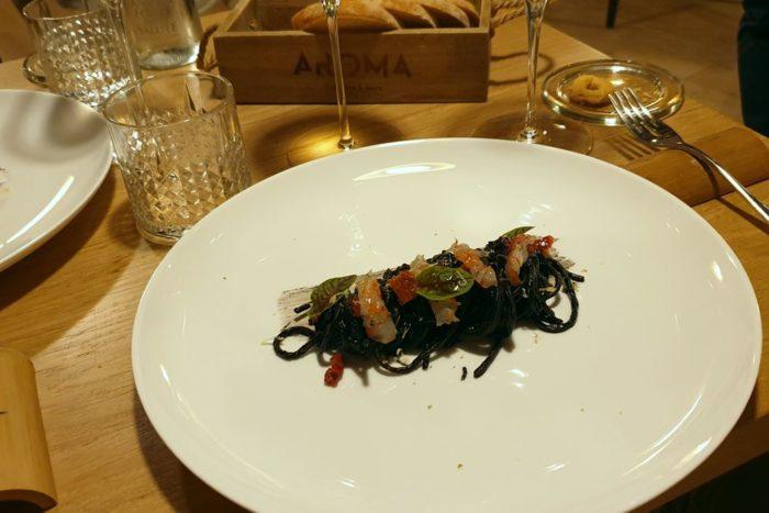 Spaghetto all'aglio nero con pomodorino confit, limone e gambero rosso - Ristorante Aroma - Brescia