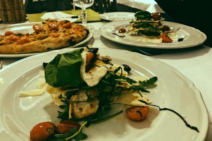 Millefoglie di pane carasau con branzino, pomodorini, rucola e olive Taggiasche - Ristorante Pizzeria Al Serbatoio - Brescia