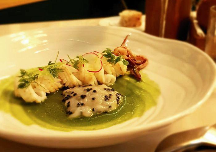Calamaro cotto e crudo su insalata invernale liquida e uova di aringa - Al Malò - Cucina e Miscelazione - Rovato