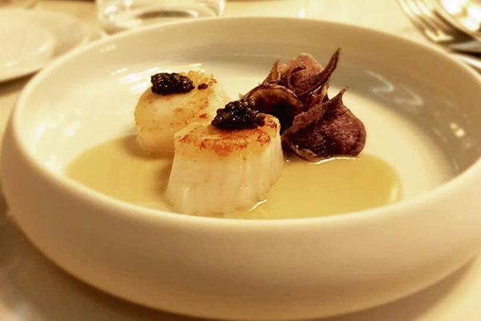 Capasanta scottata con caviale, patate viola e crema di curry verde al cocco - Al Malò - Cucina e Miscelazione - Rovato